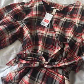 Trøjen er en str 44 men jeg købte den fordi den skulle side lidt puffet. Den kan passes af 38 og op!