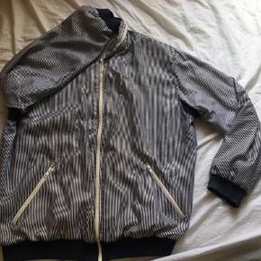 Gammel sportsjakke fra Lacose, foret indeni så den holder varmen. Sælger ud af tøj. Mængderabat gives. Du kan komme og prøve tøjet ellers sender jeg gerne.