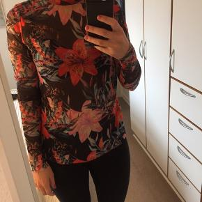 Fin mesh bluse fra Pieces.