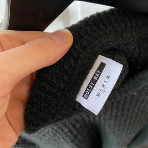 BESKRIVELSE: Dejlig varm sweater i en mørkegrøn / armygrøn💛 Brug den under læderjakke eller lignende i overgangen til de koldere måneder ❄️  STØRRELSE/PASFORM: Den passes af en størrelse Small.   MØDESTED: Aarhus C eller omegn   PORTO: Køber betaler (ca. 37 kr.)   RABAT: Jeg giver mængderabat, så tjek mine andre annoncer! 🌸 Har både ting fra GANNI, COS, Baum&Pferdgarten og &OtherStories!