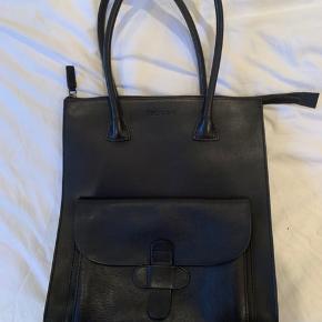 Decadent taske sælges- brugt 1 gang. Ingen skader eller brugsmærker - fremstår som ny.  Kan bruges til skole, da der kan være en bærbar computer i tasken. Bud modtages gerne.  Oprindelig pris er 3300kr.