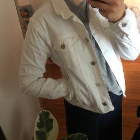 Hvid cowboyjakker fra ZARA i str. M. Den er brugt, men den ser rigtig fin ud.