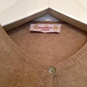 Fin cardigan fra Månedstråle i 100% cashmere . I den bedste ende af god  men brugt uden huller, pletter, fnuller eller lign. En str. 38, tjek mål for en sikkerhedsskyld. Brystmål: 47 cm på tværs fra armhule til armhule, dvs 94 cm i omkreds + strech. Længde: 62 cm fra nakken og ned. Søgeord: cashmere kashmir cardigan trøje strik bluse beige strikket