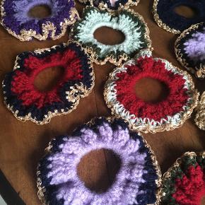 Hæklede Scrunchies i alle farver! 1 stk. 30 kr. 2 stk. 50 kr..:)