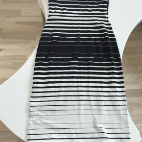 Varetype: Andet Farve: Sort Hvid  Rigtig flot kjole sælges. Sidder til, og fremhæver de pæne former:-) Jeg kan kontaktes på 42422704. Bor ved Nordhavn st. Men også muligt at sende.