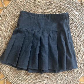 Next School nederdel i mørk grå lynlås i siden, brugt men stadig pæn sender gerne