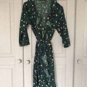 Smuk grøn slå om kjole i god stand.    Sendes eller afhentes på Østerbro :-)