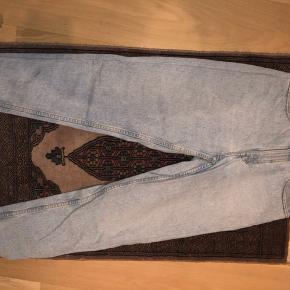 De altid moderne højtaljede Levi's jeans vintage model   W 34 L 32  - De svarer til en str S.   BYD