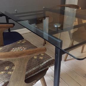 Ukendt spisebord Oprindeligt stål, malet sort Et par ridser i glaspladen Udemærket stand, men brugt  Sælges billigt