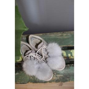 Flot ruskinds-sneaker med snørebånd og aftagelige pomponer    ❕annoncen slettes når varen er solgt