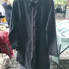 Mørkegrå skjortekjole med striber og knapper .