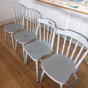 Sælger disse spisebordsstole. De to fra venstre er ens. 120kr pr stk eller samlet for 400kr. Sælges grundet flytning. Kan sagtens males i en anden farve :)