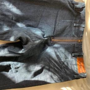 Acnebukser, tegn på slid i form af at bukserne har mistet lidt jeansfarve rundt omkring på grund af brug. Spørg for flere billeder, byd gerne!   -køber betaler fragt