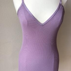 Farve: sart violet. Lysere end på fotos! Materiale: 70% silke, 30% bomuld. Perfekt stand. Sendes for kr. 35,-