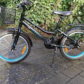 Meget velholdt pige cykel fra everton. I sort og blå, er sparsomt brugt. Kvittering haves. Købt 2/6-2017Nypris 1099 MP 500🤩🤩🤩