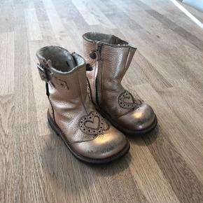 Flotte og varme vinterstøvler med lammefoer indvendigt, brugt 1 sæson. De er vandtætte og er gode til børnehaven. Nypris 899