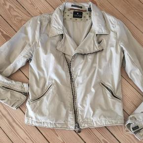 Varetype: biker jakke Farve: kaki Oprindelig købspris: 900 kr.  Rigtig fed jakke til både hverdag og fest - super stand, kun brugt 2 gange :-) svarer til L.