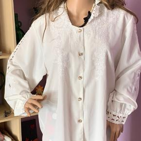 """Hvid """" Creme farvet"""" skjorte  m/ hul mønster på ærmerne og blonde tryk foran og lille krave og lukkes med 5 knapper. Brugt 2 gange , men pæn .  Mærke: franchesca  italy fashion Silke look -"""
