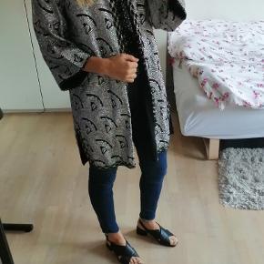 Den smukkeste vintage brokade cardigan / jakke i sølv.   Sølv, mønster, overgangsjakke
