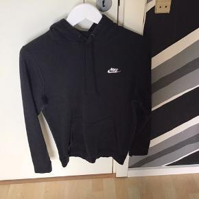 Sort Nike hoodie Ikke brugt særlig meget  Prisen er til nogenlunde forhandling Ved køb af flere vare kan der komme mængderabat