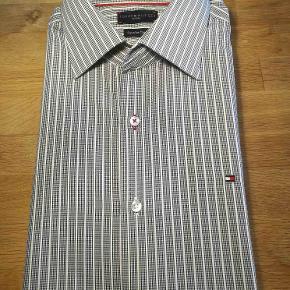 Meget flot Tailored skjorte fra TH. I deres bedste kvalitet. Ny Pris: 1000  Se også mine andre annoncer af mærkevarer i fortrinlig stand, til både manden og det smukke køn.