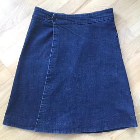 Slå om-nederdel med flere knapmuligheder i taljen.  Måler ca 52 cm i længden. Fra hjem uden røg & dyr og kun vasket i midler minus parfume.