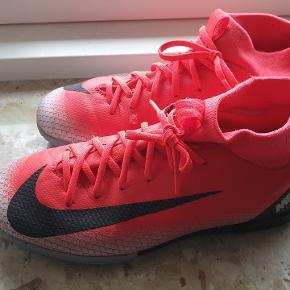 Lækkre fodboldstøvler str 36, ikke brugt meget.