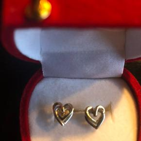 Rigtig søde øreringe i guld og hvidguld. Aldrig været gået med. 14 karat. Sender gerne på købers regning