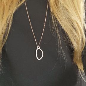 Lang halskæde med sten fra Pilgrim 🌟 Kan sendes eller afhentes i Kolding/Egtved