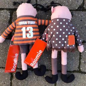 2 NYE RoomMate dukker 37 cm  Farve: brun orange Helt Nye dukker stadig med mærker på. måler ca. 37 cm med hår. Samlet pris for begge: 75 kr. pp