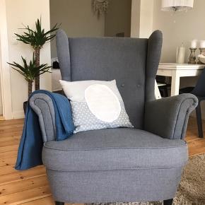 Jeg sælger min mørkegrå Ikea Strandmon lænestol, grundet flytning.   Stolen er ikke særlig gammel og fremstår dermed næsten som ny, uden hverken pletter eller fejl og mangler.   Stolen er derudover fra et dyre- og røgfrit hjem.   Nypris: 1599kr. Din pris: 1100kr.