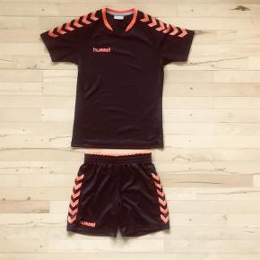 Varetype: Træningstøj, shorts, t-shirt Farve: Sort, orange Oprindelig købspris: 500 kr. Prisen angivet er inklusiv forsendelse.  Ny træningssæt. Mp 200 inkl. Bytter ikke.