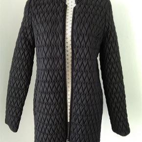 Varetype: Lækker jakke Farve: Sort Oprindelig købspris: 699 kr.   Bryst 2X53 cm. Længde. 81 Cm   Sender med DAO  SE OGSÅ MINE 450 ANDRE ANNONCER 🤩🤗