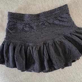 Iro blonde nederdel i sort!  Str. 40 dog lille i str. s svare til small/lille medium.