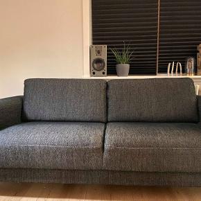 Cleveland 2 personers sofa fra Ilva sælges. Den er i rigtig fin stand, og sælges blot, da vi gerne vil købe en større sofa. Nypris i butik er 2700kr.  Afhentes selv af køber  Højde: 81 cm Længde: 179 cm Bredde: 86 cm