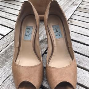 SKØNNNE heels fra Apair i sandfarvet skind med 8 cm hæl og plateau i forfod, som gør dem meget behagelige at have på👍🏻 Der er ingen skrammer eller ridser i læderet, men trænger til forsåling. Bytter ikke!