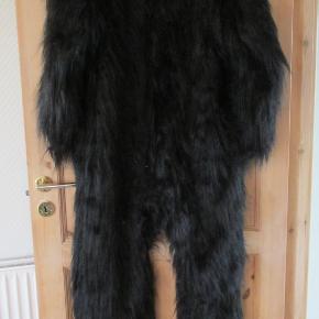 Gorilla heldragt str One Size, med maske hænder og fødder. Lukkes med velcro i ryggen. Kun brugt få gange  Se også mine flere end 100 andre annoncer med bla dame-herre-børne og fodtøj.