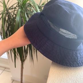 Sødeste bøllehat, købt i Italien. Hatten har en form for net hele vejen rundt om, der gør at hatten ikke bliver for varm at bære. Fejler intet☀️ Str. 58