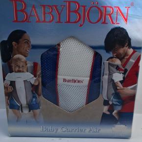 Helt ny babybjørn bæresele købt til barnebarn ,men kom aldrig i brug !så er der en baby derude, der mangler en bæresele.
