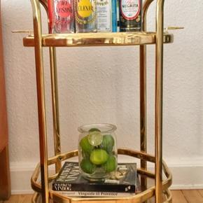 Smukt bar rullebord. Kan benyttes både til drinks eller til anden pynt. Den øverste del kan også løftes af og bruges som bakke.Har noget patina og et par ridser i den øverste glasplade. Ikke noget man ligger mærke til.