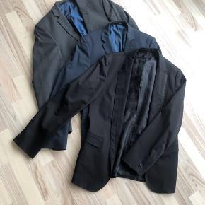 3 stk fine blazere, alle str 52. - Hugo Boss i sort med lynlås - Tessile D'Oro i mørk blå - Tessile D'Oro i grå Per stk. 250 alle 3 for 600