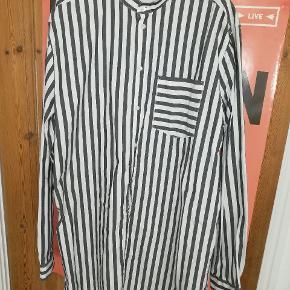 Oversized skjorte med kinakrave. Brugt få gange.
