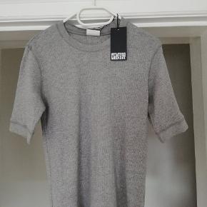 Ny bluse i grå. Aldrig brugt. Byd gerne😊 (jeg sender også gerne flere billeder)