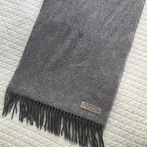 Lækkert halstørklæde fra Burberry i 100% Cashmere. Købt på Burberrys officielle hjemmeside. Nypris i sin tid 2.000,-  Mål  Bredde 30 cm  Længde 200 cm