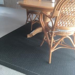 Stort tæppe 230x160 cm. Ingen misfarvning/afblegning Kan besigtiges i Brørup (6650)