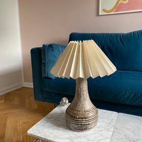 Vintage keramik bordlampe i grå og med råhvid lampeskærm. Højde med lampeskærm 42 cm Bredde på lampeskærm: 29 cm  I meget god stand :)