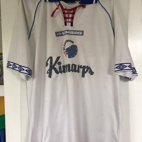 """En sand klassiker. """"Den med de røde snørrer"""". Den ikoniske 1998/1999 hjemmebanetrøje. """"Kinnarps logoet er lettere slidt. Ellers en trøje uden huller og mærker."""
