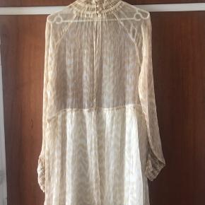 Smukkeste kjole fra Ganni.  Stand helt ny, da jeg desværre aldrig har fået det brugt. Vaskemærke mangler men ikke brandmærke foroven (se billede).  Kun prøvet - ikke vasket
