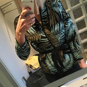 Cardigan / jakke fra H&M med grønt og blåt mønster. Bindebånd og dejligt blød.