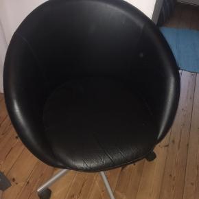 Sælger denne fine skrivebordsstol. Den har været meget elsket, men nu når jeg flytter, kommer jeg ikke til at få den brugt. Derfor håber jeg at den kan finde et nyt hjem. Er åben for bud og skriv endelig for spørgsmål.